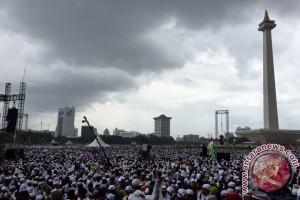 Massa Doa Bersama tetap bertahan meski diguyur hujan deras