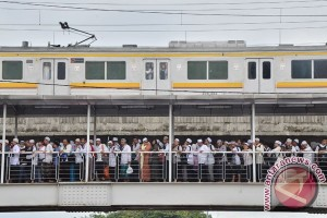 Volume penumpang KRL naik empat kali lipat di Stasiun Juanda hari ini