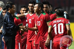 President Jokowi congratulates Indonesian`s squad after it beat Vietnam, 2-1