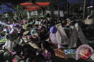 Korban gempa Pidie Jaya bantu memasak di dapur umum