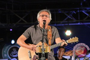 Iwan Fals hibur ratusan penggemar di Tulungagung