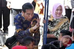 Presiden Jokowi Dan Ibu Negara Hibur Anak Korban Gempa