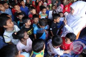 Mensos Bersama Anak Korban Gempa