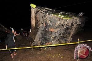 Bus terbalik di sawah, delapan tewas