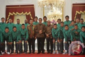 National football team gets bonus from President Jokowi