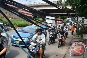 Kabel Listrik Terjuntai Ke Trotoar