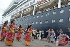 Kapal Pesiar Volendam Kunjungi Bali