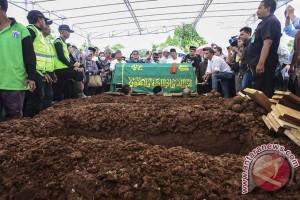 Korban pembunuhan Pulomas dimakamkan di TPU Tanah Kusir