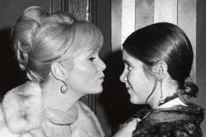 Bintang bertaburan di pemakaman Debbie Reynolds dan Carrie Fisher