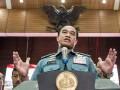 Kepala Staf Angkatan Laut (Kasal) Laksamana TNI Ade Supandi menyampaikan keterangan pers seusai penandatanganan kontrak kolektif pengadaan barang dan jasa Tahun Anggaran 2017 di Mabesal, Cilangkap, Jakarta, Rabu (11/1/2017). Kontrak yang ditandatangani berjumlah 215 macam dengan total nilai Rp 2,22 triliun, meliputi kontrak alutsista senilai Rp 1,6 triliun, sarana prasarana Rp 409 miliar, perlengkapan personil Rp 118 miliar, sarana dan prasarana pendidikan Rp 48 miliar serta penelitian dan pengembangan Rp 12 miliar. (ANTARA /M Agung Rajasa)