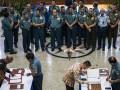Kepala Staf Angkatan Laut (Kasal) Laksamana TNI Ade Supandi (keempat kiri) menyaksikan penandatanganan kontrak kolektif pengadaan barang dan jasa Tahun Anggaran 2017 di Mabesal, Cilangkap, Jakarta, Rabu (11/1/2017). Kontrak yang ditandatangani berjumlah 215 macam dengan total nilai Rp 2,22 triliun, meliputi kontrak alutsista senilai Rp 1,6 triliun, sarana prasarana Rp 409 miliar, perlengkapan personil Rp 118 miliar, sarana dan prasarana pendidikan Rp 48 miliar serta penelitian dan pengembangan Rp 12 miliar. (ANTARA/M Agung Rajasa)