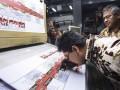 Ketua KPU Juri Ardiantoro (kiri) bersama Komisioner KPU Arief Budiman (kanan) memeriksa kertas suara saat meninjau proses pencetakan kertas suara Pilkada Banten 2017 di Jakarta, Rabu (11/1/2017). PT Dian Rakyat selaku pemenang tender mencetak kertas suara untuk Pilkada Provinsi Banten sebanyak 7.900.000 lembar surat suara. (ANTARA /Muhammad Adimaja)