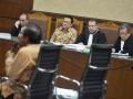 Mantan Ketua DPD Irman Gusman (kedua kiri) mengikuti sidang lanjutan perkara dugaan suap impor gula dengan agenda pemeriksaan saksi di Pengadilan Tipikor, Jakarta, Rabu (11/1/2017). Kuasa hukum Irman Gusman menghadirkan saksi yang meringankan terdakwa yaitu Anggota DPD Kepulauan Riau Djasarmen Purba, saksi memaparkan tugas dan kewenangan DPD terkait aspirasi atau laporan dari masyarakat. (ANTARA /Yudhi Mahatma)