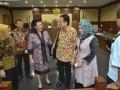 Mantan Ketua DPD Irman Gusman (ketiga kanan) berdialog dengan Wakil Ketua DPD GKR Hemas (ketiga kiri) seusai sidang lanjutan perkara dugaan suap impor gula di Pengadilan Tipikor, Jakarta, Rabu (11/1/2017). Kuasa hukum Irman Gusman menghadirkan saksi yang meringankan terdakwa yaitu Anggota DPD Kepulauan Riau Djasarmen Purba, saksi memaparkan tugas dan kewenangan DPD terkait aspirasi atau laporan dari masyarakat. (ANTARA/Yudhi Mahatma)