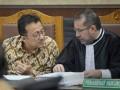Mantan Ketua DPD Irman Gusman (kiri) berdiskusi dengan kuasa hukumnya saat mengikuti sidang lanjutan perkara dugaan suap impor gula dengan agenda pemeriksaan saksi di Pengadilan Tipikor, Jakarta, Rabu (11/1/2017). Kuasa hukum Irman Gusman menghadirkan saksi yang meringankan terdakwa yaitu Anggota DPD Kepulauan Riau Djasarmen Purba, saksi memaparkan tugas dan kewenangan DPD terkait aspirasi atau laporan dari masyarakat. (ANTARA/Yudhi Mahatma)