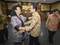 Mantan Ketua DPD Irman Gusman (kedua kanan) menyambut Wakil Ketua DPD GKR Hemas (kedua kiri) seusai sidang lanjutan perkara dugaan suap impor gula di Pengadilan Tipikor, Jakarta, Rabu (11/1/2017). Kuasa hukum Irman Gusman menghadirkan saksi yang meringankan terdakwa yaitu Anggota DPD Kepulauan Riau Djasarmen Purba, saksi memaparkan tugas dan kewenangan DPD terkait aspirasi atau laporan dari masyarakat. (ANTARA/Yudhi Mahatma)