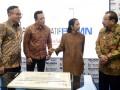 Menteri BUMN Rini M Soemarno (kedua kanan) berbincang dengan Kepala Badan Ekonomi Kreatif Triawan Munaf (kedua kiri) dan Dirut Bank Mandiri Kartika Wirjoatmodjo (kiri) serta Gubernur Jawa Timur Soekarwo (kanan) di sela-sela peresmian Rumah Kreatif BUMN (RKB) Bank Mandiri di Surabaya, Jawa Timur, Rabu (11/1/2017). RKB tersebut bertujuan untuk mendorong serta mempersiapkan pelaku UMKM untuk dapat berkembang dan masuk ke dunia e-commerce. (ANTARA /Zabur Karuru)