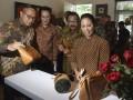 Menteri BUMN Rini M Soemarno (kanan) bersama Kepala Badan Ekonomi Kreatif Triawan Munaf (kedua kiri) dan Dirut Bank Mandiri Kartika Wirjoatmodjo (kiri) serta Gubernur Jawa Timur Soekarwo (kedua kanan) mengamati produk tas yang terbuat dari kantong semen di sela-sela peresmian Rumah Kreatif BUMN (RKB) Bank Mandiri di Surabaya, Jawa Timur, Rabu (11/1/2017). RKB tersebut bertujuan untuk mendorong serta mempersiapkan pelaku UMKM untuk dapat berkembang dan masuk ke dunia e-commerce. (ANTARA/Zabur Karuru)