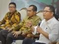 "Menkominfo Rudiantara (kanan) bersama Ketua Komisi I DPR Abdul Kharis Almasyhari (tengah) dan Ketua Dewan Pers Yosep Adi Prasetyo (kiri) memaparkan materi diskusi yang membahas regulasi konten berita massa di Kompleks Parlemen Senayan, Jakarta, Selasa (10/1/2017). Dalam diskusi betema ""News or Hoax"" tersebut, Dewan Pers memberikan solusi dalam mengatur penyebaran berita yaitu dengan membuat label untuk mempermudah masyarakat mengenali media massa terpercaya, label berbentuk kode ""Quick Response"" (QR code) itu akan dibubuhkan di media cetak hingga di media berbasis daring (online). (ANTARA FOTO/Yudhi Mahatma)"