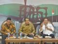 "Menkominfo Rudiantara (kanan) bersama Ketua Komisi I DPR RI, Abdul Kharis Almasyhari (tengah) dan Ketua Dewan Pers Yosep Adi Prasetyo (kiri) memaparkan materi diskusi yang membahas regulasi konten berita massa di Kompleks Parlemen Senayan, Jakarta, Selasa (10/1/2017). Dalam diskusi betema ""News or Hoax"" tersebut, Dewan Pers memberikan solusi dalam mengatur penyebaran berita yaitu dengan membuat label untuk mempermudah masyarakat mengenali media massa terpercaya, label berbentuk kode ""Quick Response"" (QR code) itu akan dibubuhkan di media cetak hingga di media berbasis daring (online). (ANTARA FOTO/Yudhi Mahatma)"