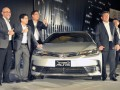 Presiden Direktur PT Toyota Astra Motor Hiroyuki Fukui (kedua kanan), Wakil Presdir Henry Tanoto (kedua kiri) dan Executive GM F. Soerjopranoto (ketiga kiri), mengacungkan jempol bersama Presdir PT Toyota Motor Manufacturing Indonesia (TMMIN) Masahiro Nonami (kanan) dan Wakil Presdir Warih Andang Tjahjono (kiri) pada peluncuran Toyota New Corolla Altis, di Jakarta, Senin (16/1/2017). Toyota meluncurkan dua produk legendarisnya sekaligus dari Toyota Kijang Innova yakni Toyota New Venturer, yang lebih elegan tapi siap untuk dibawa berpetualang dan Toyota New Corolla Altis yang lebih modern dan interior nyaman. (ANTARA /Audy Alwi)