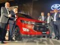 Presiden Direktur PT Toyota Astra Motor Hiroyuki Fukui (ketiga kanan), Wakil Presdir Henry Tanoto (kedua kanan) dan Executive GM F. Soerjopranoto (kanan), mengacungkan jempol bersama Presdir PT Toyota Motor Manufacturing Indonesia (TMMIN) Masahiro Nonami (kedua kiri) dan Wakil Presdir Warih Andang Tjahjono pada peluncuran Toyota New Ventrurer, di Jakarta, Senin (16/1/2017). Toyota meluncurkan dua produk legendarisnya sekaligus dari Toyota Kijang Innova yakni Toyota New Venturer, yang lebih elegan tapi siap untuk dibawa berpetualang dan Toyota New Corolla Altis yang lebih modern dan interior nyaman. (ANTARA /Audy Alwi)