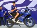 Pembalap Movistar Yamaha MotoGP Maveric Vinales (kanan) berpose dengan sepeda motor terbaru All New Yamaha R15 disaksikan President Director PT Yamaha Indonesia Motor Manufacturing (YIMM) Minoru Morimoto (kiri) seusai peluncuran motor tersebut di Sirkuit Sentul, Kabupaten Bogor, Jawa Barat, Senin (23/1/2017). YIMM memperkenalkan produk baru andalannya All New Yamaha R15, yang diluncurkan bersamaan dengan kedatangan duo pembalap Movistar Yamaha MotoGP Maverick Vinales dan Valentino Rossi ke Indonesia. (ANTARA/Yulius Satria Wijaya)