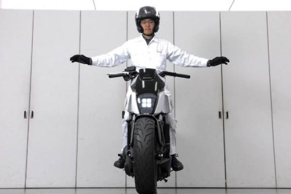 Honda pamerkan motor yang bisa berkendara sendiri