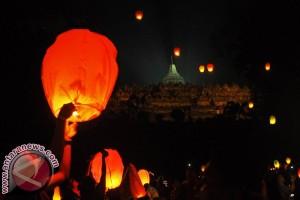 Lampion harapan baik Tahun Baru 2017 di langit Borobudur