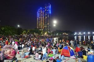 Tim kebersihan Ancol bergerak usai perayaan Tahun Baru 2017