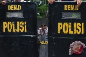 Polisi berjaga-jaga di Mabes Polri, demonstran mulai berdatangan