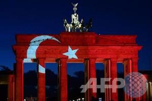 Solidaritas Istanbul, Gerbang Brandenburg dihiasi warna bendera Turki