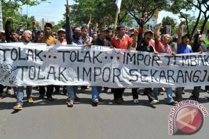 Ribuan petani tiba di Kantor Gubernur Jateng tolak impor tembakau