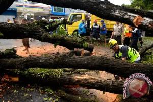 Angin kencang rusak rumah di Manado