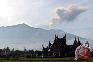 Keluarkan letusan, BNPB imbau masyarakat jauhi Marapi