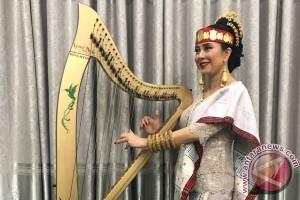 Maya Hasan, ulos Batak, dan O Tano Batak