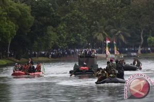 Presiden coba Panser Anoa Amfibi