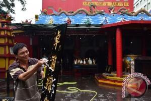 Warga Tionghoa di Blitar ritual bersihkan patung