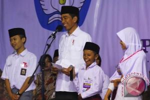 Presiden Bagikan KIP Di Magelang