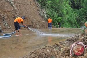 Polsek Cisarua evakuasi lokasi longsor di Puncak