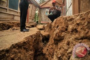 Tanah bergerak di Banyumas, dua rumah rusak