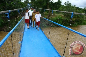Jembatan Gantung Gelagar Besi