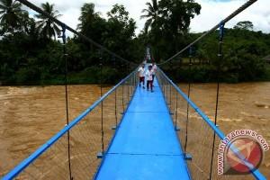 Presiden susuri jalan sempit resmikan jembatan gantung Galeh