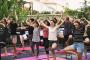 Aneh, yoga sambil nge-bir sedang populer