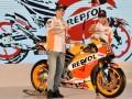 Pembalap Tim Repsol Honda Marc Marquez (kiri) dan Dani Pedrosa berpose saat peluncuran Tim Repsol Honda MotoGP 2017 di JI Expo, Jakarta, Jumat (3/2/2017). Tim balap MotoGP Repsol Honda menggunakan Honda RC213V pada ajang MotoGP musim 2017. (ANTARA /Wahyu Putro A)