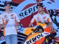 Pembalap Tim Repsol Honda Marc Marquez (kiri) dan Dani Pedrosa menghadiri peluncuran Tim Repsol Honda MotoGP 2017 di JI Expo, Jakarta, Jumat (3/2/2017). Tim balap MotoGP Repsol Honda menggunakan Honda RC213V pada ajang MotoGP musim 2017. (ANTARA /Wahyu Putro A)