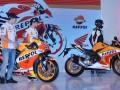 Pembalap Tim Repsol Honda Marc Marquez (kiri) dan Dani Pedrosa menyaksikan sepeda motor All New Honda CBR250RR Repsol Edition saat peluncuran Tim Repsol Honda MotoGP 2017 di JI Expo, Jakarta, Jumat (3/2/2017). Tim balap MotoGP Repsol Honda menggunakan Honda RC213V pada ajang MotoGP musim 2017. (ANTARA/Wahyu Putro A)