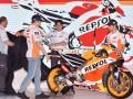 Pembalap Tim Repsol Honda Marc Marquez (kedua kiri) dan Dani Pedrosa (kanan), General Manager Race Operations Management Division Honda Racing Corporation Tetsuhiro Kuwata (kedua kanan) dan Team Principal Livio Suppo membuka penutup motor balap ketika peluncuran Tim Repsol Honda MotoGP 2017 di JI Expo, Jakarta, Jumat (3/2/2017). Tim balap MotoGP Repsol Honda menggunakan Honda RC213V pada ajang MotoGP musim 2017. (ANTARA/Wahyu Putro A)