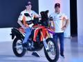 Pembalap Tim Repsol Honda MotoGP Mark Marques (kiri) dan Dani Pedrosa berpose saat peluncuran produk baru motor Honda CRF250Rally di JI Expo, Jakarta, Jumat (3/2/2017). Produk baru motor Honda CRF1000L Twin Africa dan CRF250Rally yang digunakan dalam Rally Dakkar itu menyasar konsumen pecinta petualangan di Tanah Air. (ANTARA/Wahyu Putro A)