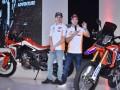 Pembalap Tim Repsol Honda MotoGP Mark Marques (kiri) dan Dani Pedrosa memperkenalkan produk baru motor Honda CRF1000L Twin Africa dan CRF250Rally saat peluncuran di JI Expo, Jakarta, Jumat (3/2/2017). Kedua produk Honda yang digunakan dalam Rally Dakkar itu menyasar konsumen pecinta petualangan di Tanah Air. (ANTARA/Wahyu Putro A)